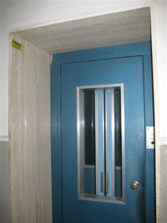 Il taglio delle scale per l'installazione di un ascensore/piattaforma elevatrice