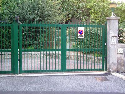 Il cancello che collega la proprietà privata con il cortile condominiale deve essere rimosso  Illegittimo l'accesso praticato tra l'area condominiale e la proprietà estranea al condominio.