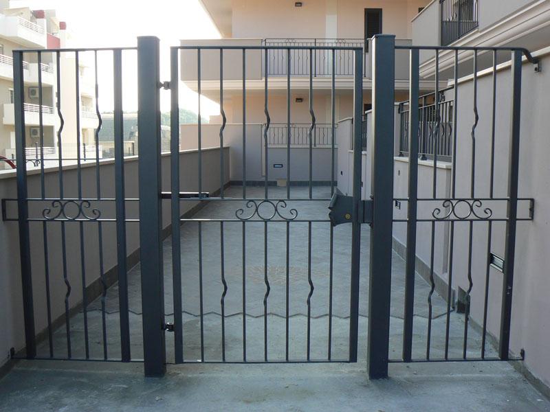 Il condomino può aprire un cancello che colleghi il proprio appartamento al cortile condominiale?